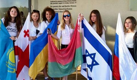 נערות עם דגלים בפנימייה