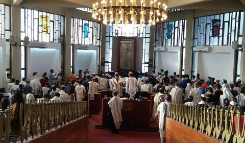 תפילה בבית כנסת בכפר הנוער הדתי