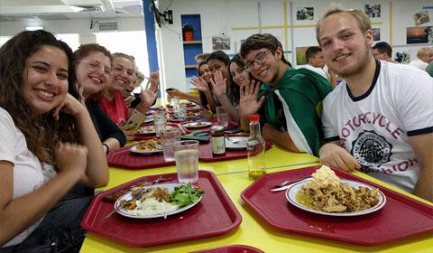 אוכלים בחדר האוכל של כפר הנוער